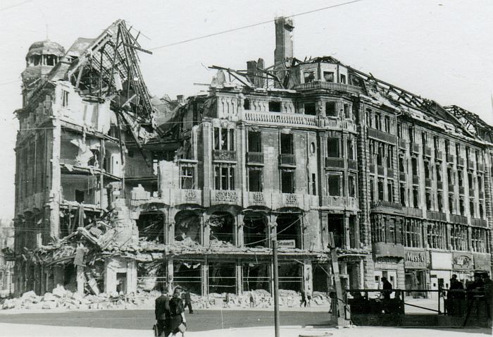 A Berlin hotel destroyed by Allied bombs, 1943. Image: potsdamer-platz.org